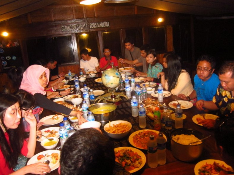 makan malam di kapal